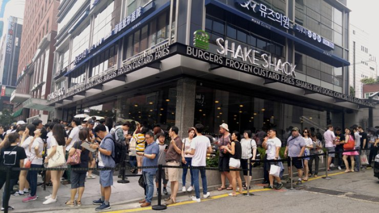 People are lined up in front of the Shake Shack store in Gangnam, southern Seoul, Saturday, a day after its opening. The store is Shake Shack's first location in Korea and second in Asia, following one in Japan.  / Korea Times photo by Yun Suh-young