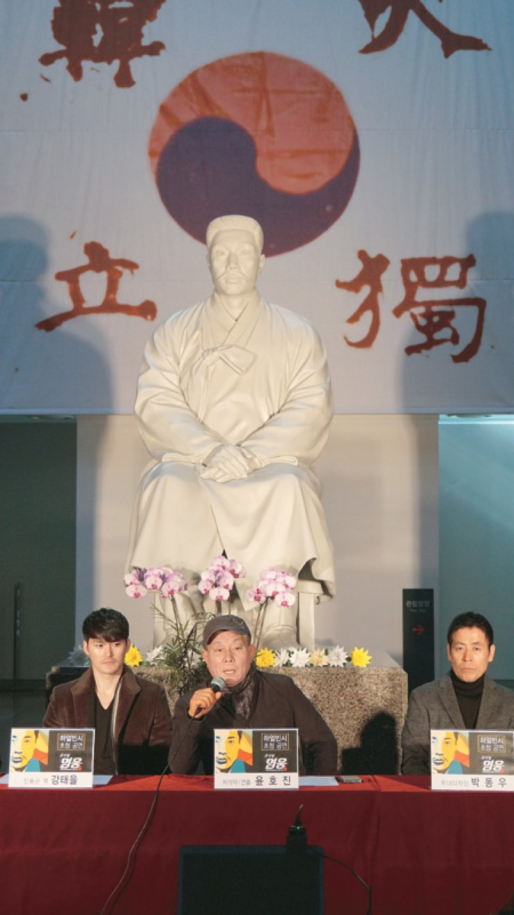 Yun Ho-jin, center, producer and director of 'Hero,' speaks during a press conference announcing forthcoming performances of the epic musical in China, last Monday. On the left is actor Kang Tae-eul, playing the role of Ahn Jung-geun, and on the right is Park Dong-woo, set designer of 'Hero.' / Courtesy of Acom International