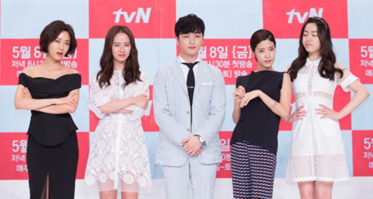 Actors starring in tvN's new drama 'Ex-girlfriend Club' before a press event at Times Square in Yeouido, Seoul, Thursday. They are, from left, Jang Ji-eun, Song Ji-hyo, Byun Yo-han, Lee Yoon-ji and Ryu Hwa-young. / Courtesy of CJ E&M
