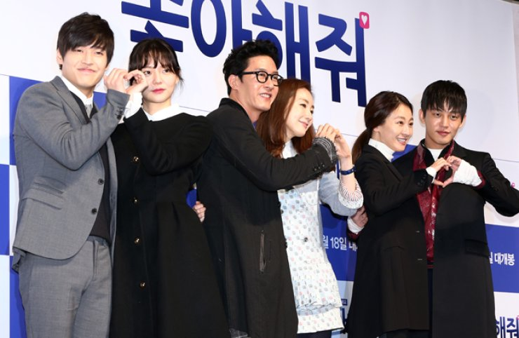 Kang Ha-neul, from left, Lee Som, Kim Joo-hyuk, Choi Ji-woo, Lee Mi-yeon and Yoo Ah-in pose during a press conference introducing their upcoming romantic comedy film 'Like for Likes' at a theater in Apgujeong, southern Seoul, Tuesday. / Yonhap