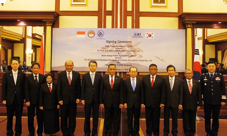 Korea Aerospace Industries (KAI) President and CEO Ha Sung-yong, third from right, poses with other participants at the Ministry of Defense of Indonesia in Jakarta, Thursday, after signing contracts with Indonesia's defense ministry and the state-run defense firm PT Dirgantara Indonesia (PTDI) to jointly develop Korea's fighter jet. Fifth from right is Defense Acquisition Program Administration Minister Chang Myoung-jin, sixth from left is Indonesian Defense Minister Ryamizard Ryacudu and second from left is PTDI President Budi Santoso. / Courtesy of KAI