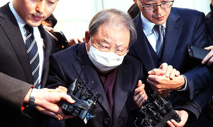 Hyosung Group Chairman Cho Suck-rai emerges from the Seoul Central District Court after he was sentenced to three years in prison and fined 136.5 billion won for tax evasion in Seocho-dong, southern Seoul, Friday. / Yonhap