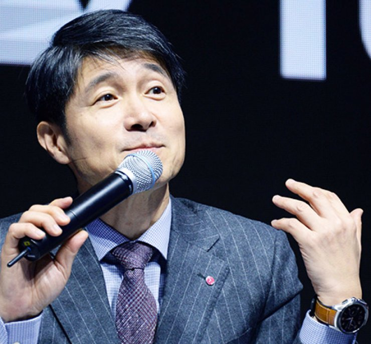 LG Electronics' mobile chief Cho Juno answers questions during a news conference to unveil the firm's latest V10 smartphone at a launch event in Seoul, in October last year. / Korea Times file
