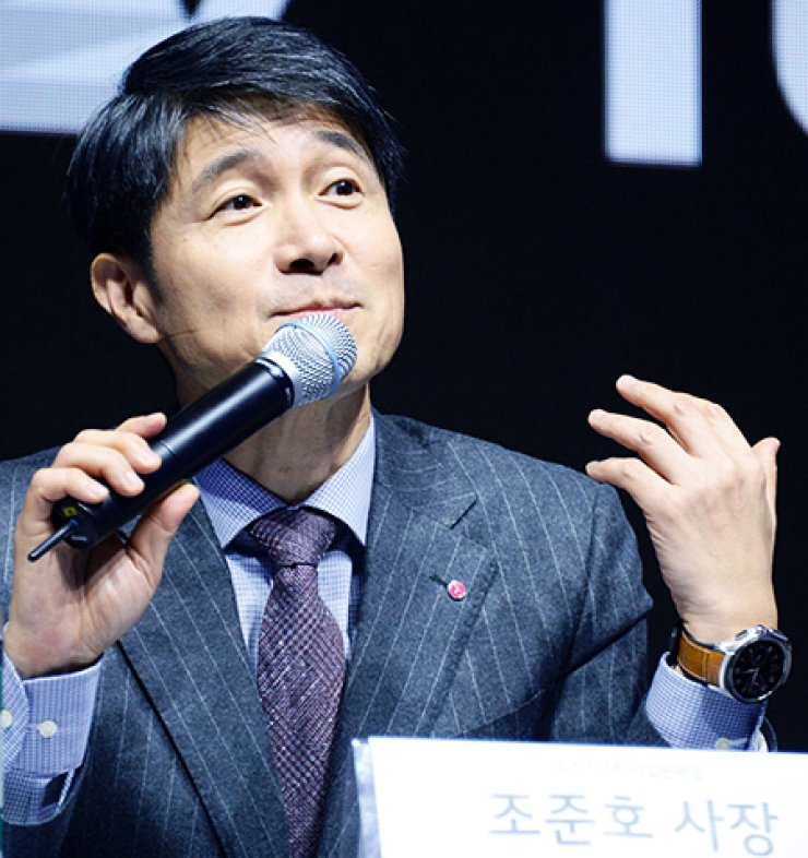 LG Electronics mobile chief Cho Juno speaks in a company event to unveil its V10 smartphone in downtown Seoul, last year. / Korea Times file