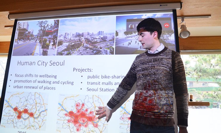 Urbanist Nikola Medimorec talks to the Seoul Real Estate Investing Meetup group about the direction of urban development at 10K City Hall in central Seoul, Saturday. / Courtesy of Jon Dunbar