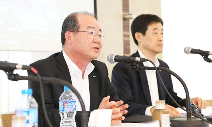 Jung Sung-leep, left, CEO of Daewoo Shipbuilding & Marine Engineering (DSME), speaks during a press conference at the company headquarters in downtown Seoul, Thursday. / Courtesy of DSME