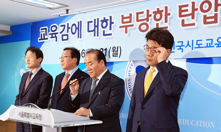 Jang Hui-guk, third from left, superintendent of the Gwangju Metropolitan Office of Education and president of the National Council of Governors of Education, announces a statement to call for the government to stop suppressing regional educational offices and to respect their autonomy during a press conference at the Seoul Metropolitan Office of Education in Seoul, Monday. From left are Cho Hee-yeon, head of the Seoul office; Min Byeong-hee, head of the Gangwon Provincial Office of Education; Jang; and Lee Cheong-yeon, head of the Incheon Metropolitan City Office of Education./ Yonhap