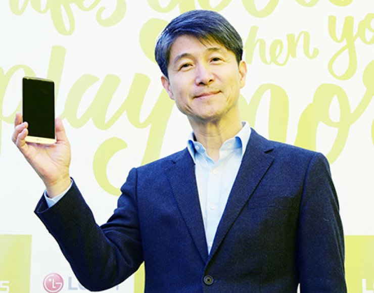 LG Electronics mobile business chief Cho Juno poses with the company's new flagship smartphone, the G5, before holding a meeting with local reporters, at an experience zone in southern Seoul, Thursday. / Yonhap