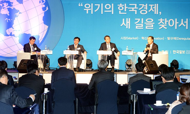 Heo Kyung-wook, right, a professor at the Korea Development Institute, and other panelists discuss ways to tackle the nation's economic slowdown during the Korea Forum 2016 at the Lotte Hotel in central Seoul, Wednesday. From left are Lee Il-houng, president of the Korea Institute for International Economy Policy; Yoon Won-seok, Korea Trade-Investment Promotion Agency executive director; Park Hong-jae, Hyundai Motor vice president; and Heo./ Korea Times photo by Seo Jae-hoon