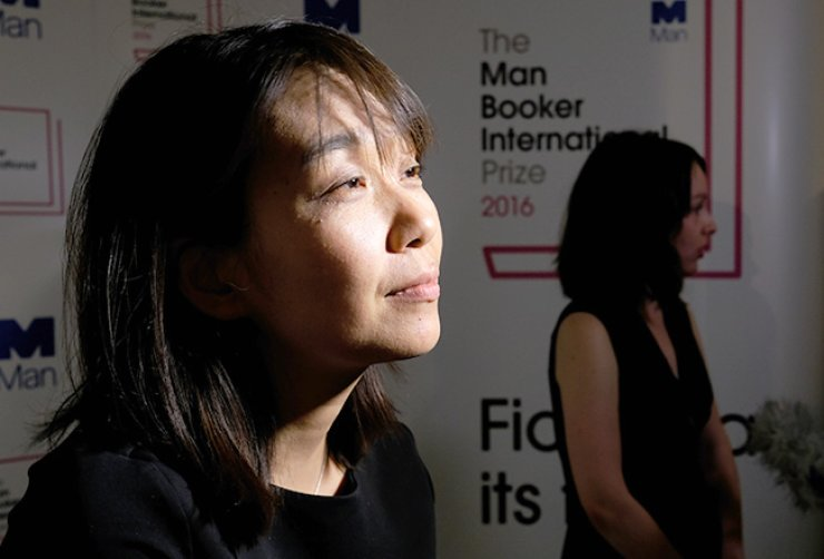 Han Kang, winner of the 2016 Man Booker International prize for fiction, speaks to the media after winning the award for her book 'The Vegetarian' after the award ceremony in London, Tuesday. / AP-Yonhap