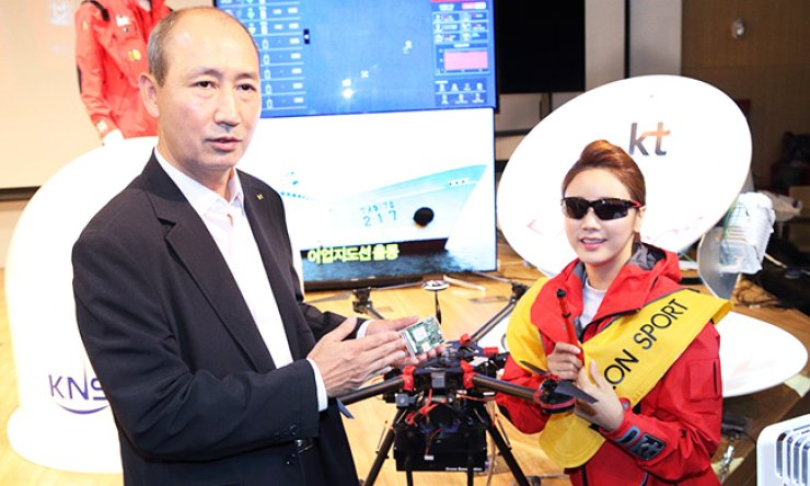KT Vice President Oh Sung-mok, left, a drone during a press conference at the company's office in central Seoul, Tuesday./ Courtesy of KT