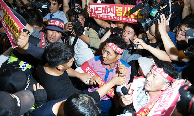 Angry residents of Seongju County in North Gyeongsang Province try to enter the Ministry of National Defense building in Yongsan, Seoul, Wednesday, demanding a meeting with Defense Minister Han Min-koo over the ministry's selection of the county as the location for a THAAD anti-missile battery. / Korea Times photo by Choi Won-suk