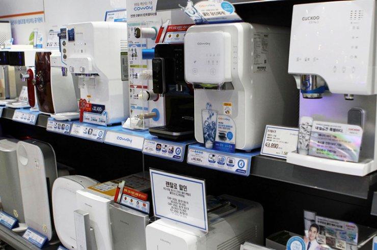 Coway, nhà sản xuất máy lọc nước lớn nhất của Hàn Quốc, đã gây ra sự phẫn nộ cộng đồng vì đã cố tình bán máy lọc nước bị nhiễm niken trong nhiều tháng. Đầu tháng này, công ty đã đưa ra lời xin lỗi và thu hồi tất cả các sản phẩm bị ảnh hưởng. Tuy nhiên, một nhóm người tiêu dùng đang chuyển sang khởi kiện vụ kiện tập thể chống lại Coway, yêu cầu bồi thường có thể lên tới hàng tỷ won. / Yonhap