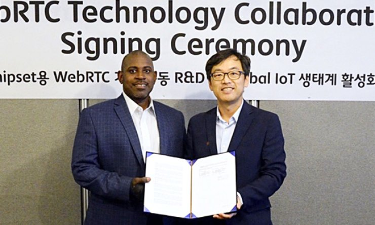 SK Telecom Chief Technology Officer Choi Jin-sung, right, poses with Intel Software Solution Group Vice President Michael Greene during Intel Developer Forum in San Francisco, Tuesday local time. / Courtesy of SK Telecom