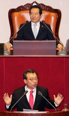 Ruling Saenuri Party Chairman Lee Jung-hyun gives a speech while National Assembly Speaker Chung Sye-kyun listens on during a plenary session, Monday.<br />/ Yonhap