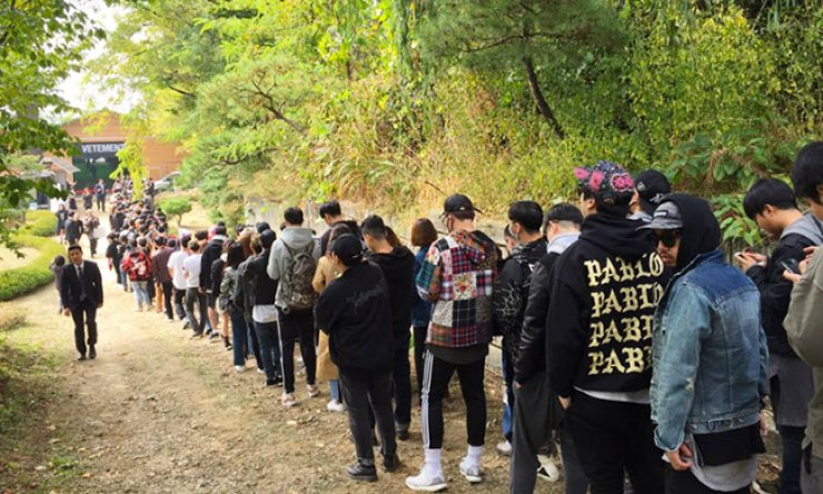 Korean customers queue at French brand Vetements' one-day garage sale in Namyangju, Gyeonggi Province, Monday./ Courtesy of Vetements