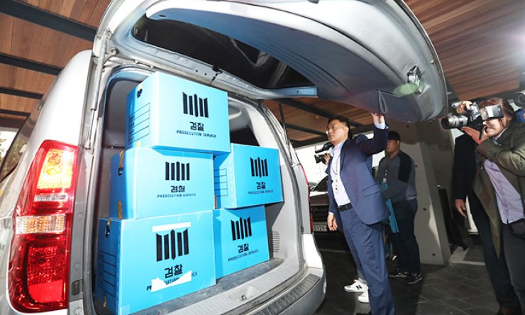 Investigators load boxes of documents and computers which they secured during a raid of the K-Sports Foundation, which is linked to President Park Geun-hye's confidant, Choi Soon-sil, in southern Seoul, Wednesday. / Yonhap