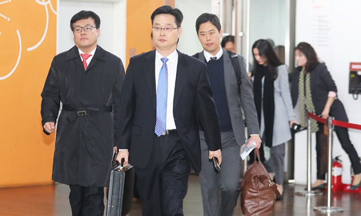 Education ministry officials head to a room at Ewha Womans University in western Seoul to conduct a special audit of the school, Monday, over allegations that it provided favors in admissions and grading to the daughter of Choi Soon-sil, a confidant of President Park Geun-hye currently embroiled in scandal. / Yonhap