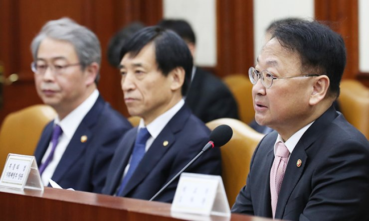 Strategy and Finance Minister Yoo Il-ho, right, speaks at an economic ministers' meeting, Thursday. Other participants are Finance Services Commission Chairman Yim Jong-yong, left, and Bank of Korea Governor Lee Ju-yeol. / Yonhap