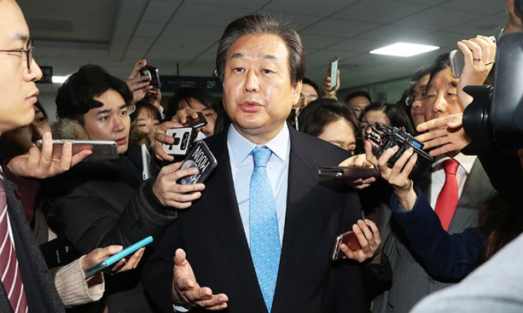 Rep. Kim Moo-sung, a former ruling Saenuri Party chairman, speaks to reporters after announcing he would drop his bid for the presidential race at a press conference in the National Assembly, Wednesday. Kim said he will push to impeach President Park Geun-hye. / Yonhap