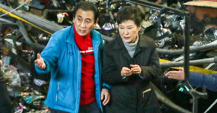 President Park Geun-hye looks around Seomun Market in Daegu, Dec. 1, after part of it was burned to the ground by a huge fire a day earlier. / Yonhap