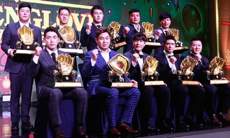 The winners of the 2016 Golden Gloves in the Korea Baseball Organization pose with their trophies at an award ceremony at the K Hotel Seoul, Tuesday. / Yonhap