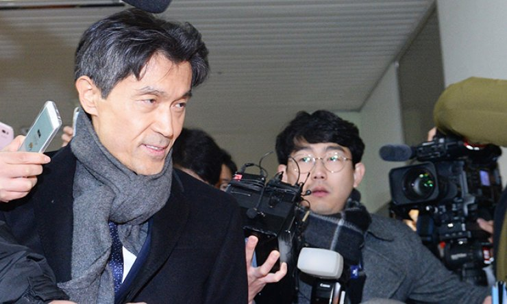 Mo Chul-min, the South Korean Ambassador to France, enters the independent counsel team's office in southern Seoul for questioning, Thursday. Mo is suspected of being involved in the government's blacklisting of artists critical of it while he served as the presidential education and cultural affairs secretary. / Korea Times photo by Seo Jae-hoon