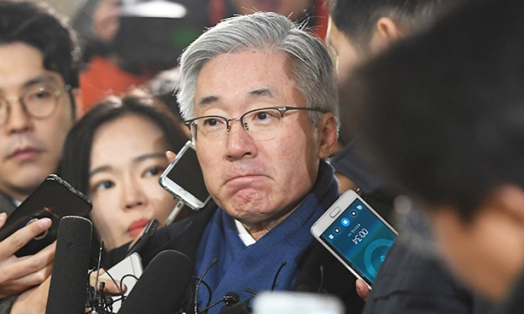 Former Culture Minister Kim Jong-deok is surrounded by journalists at the independent counsel's office in southern Seoul, Friday, as he attended a hearing over his alleged involvement in Cheong Wa Dae's alleged drawing up of a blacklist of artists critical of the government. / Yonhap