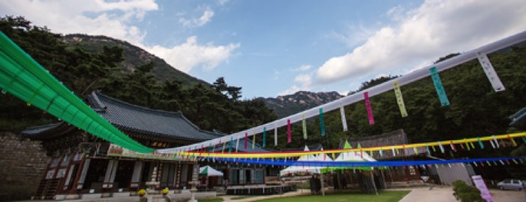 The Jinkwan Temple in Eunpyeong-gu, northwestern Seoul, features green landscapes thanks to its proximity to Mt. Bukhan. The temple is known for its temple food, through which people can pratice Buddhist principles. As interest in healthy eating grows however, temple food is gaining wider reception even among non-believers. / Courtesy of Choi Bae-moon