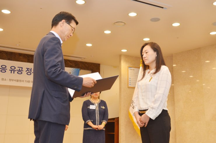 Shin Kyo-yeon, the head nurse at Konyang University Hospital, receives the Civil Merit Medal from ViceHealth Minister Bang Moon-kyu at the government complex in central Seoul, July 29./ Courtesy of Konyang University Hospital