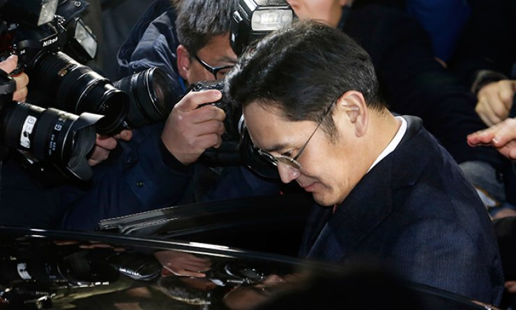 Samsung Electronics Vice Chairman Lee Jae-yong gets into a car parked in front of the independent counsel team's office in southern Seoul, Friday, after 22 hours of questioning there. / Yonhap