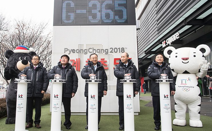 KT Chairman Hwang Chang-gyu, center, and other executives attend an event to mark the one-year countdown to the 2018 PyeongChang Winter Olympics at KT Square in central Seoul, Wednesday. / Courtesy of KT