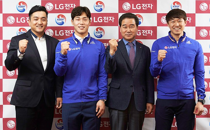 LG Electronics' Korea business division President Choi Sang-kyu, third from left, poses with Korea's national skeleton team coach and athletes at the Olympic Parktel in Songpa, southern Seoul, after donating 100 million won as an official sponsor, in this 2016 April 1 file photo. / Courtesy of LG Electronics