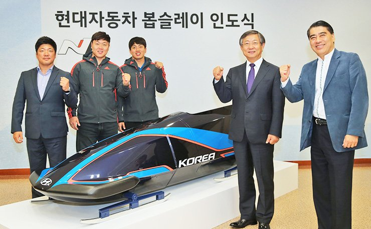 Hyundai Motor Vice Chairman Yang Woong-chul, second from right, poses with Korea's national bobsleigh team officials during a sleigh delivery ceremony at the firm's research center in Hwaseong, Gyeonggi Province, Oct. 21. / Courtesy of Hyundai Motor