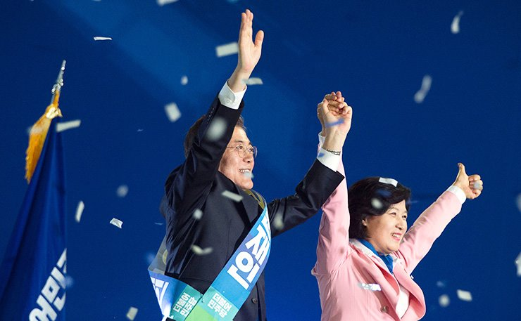 Moon Jae-in, alongside Democratic Party of Korea Chairwoman Rep. Choo Mi-ae, waves to the crowd at the Gocheok Sky Dome in Seoul, Tuesday, after he was nominated as the party's presidential candidate. / Korea Times photo by Choi Won-suk