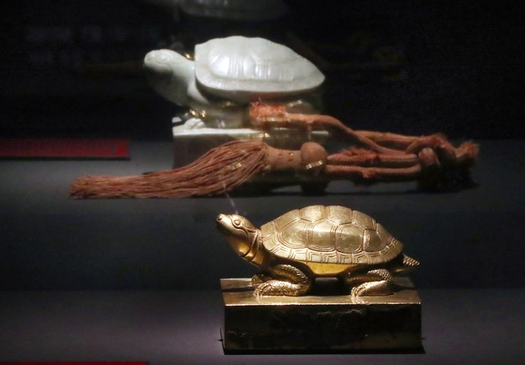 The royal seal of Queen Munjeong, front , and the royal seal of King Hyeonjong are on display at 'The Return of the Royal Seals' exhibition at the National Palace Museum of Korea, Friday. / Yonhap