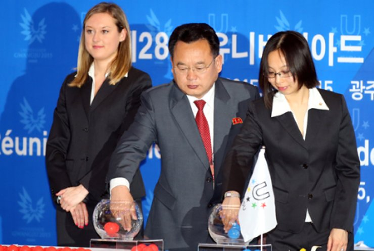 Jang Jong-nam, vice president of North Korea's National University Sports Federation, center, participates in the draw session during the heads of delegation meeting of the 28th Universiade at the Holiday Inn inGwangju, Monday. / Yonhap