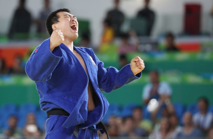 Defending champion Choi Gwang-geun roars after winning a gold medal in the 100 kilogram category, Saturday, during the Rio Paralympic Games. He successfully defended his gold medal four years after his victory in the 2012 London Paralympics. / Yonhap