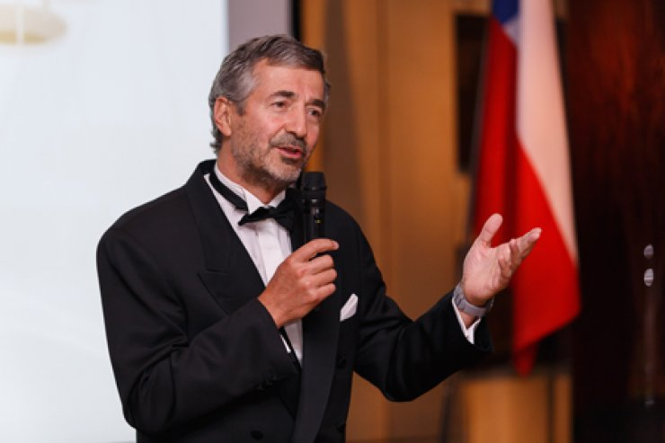 <p style='text-align: left;'>Eduardo Chadwick, chairman of Chilean wineries Vina Errazuriz and Vina Sena, speaks at a gala dinner held in celebration of the 10th anniversary of the Berlin Tasting, a blind tasting initiative that toured 17 countries. <br />/ Korea Times photo by Yoon Sung-won</span><br /><br />