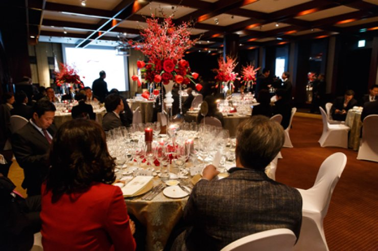 <p style='text-align: left;'>Invitees attend a gala dinner held at the Grand Hyatt Hotel, central Seoul, Tuesday, to mark the 10th anniversary of the Berlin Tasting and to promote Chilean wine. / Korea Times photo by Yoon Sung-won</span><br /><br />