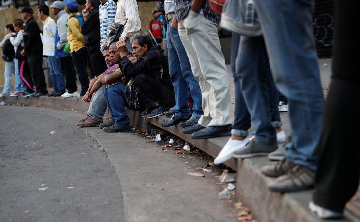 People wait for transportation during a blackout in Caracas, Venezuela March 8, 2019. Reuters