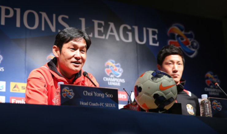 FC Seoul coach Choi Yong-soo, left, speaks during a news conference before his side to face Central Coast Mariners of Australia in an Asian Champions League game at Seoul World Cup Stadium in this Feb. 24, 2014, photo. / Yonhap