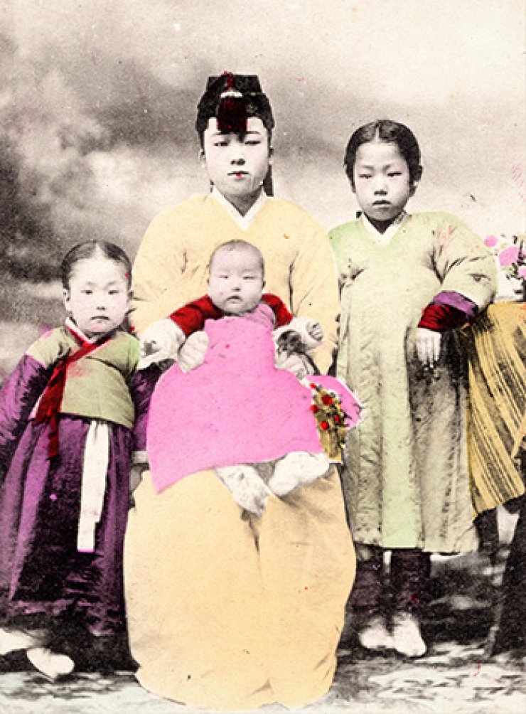 A Korean mother and her children, circa 1900, courtesy of Diane Nars.