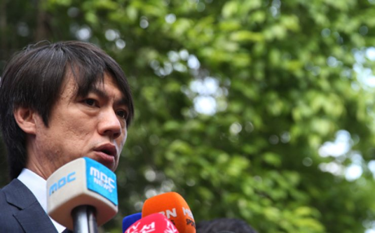 Hong Myung-bo, head coach of the Korean national football team, speaks during a news conference at the National Football Center in Paju, Gyeonggi Province, Monday. The training camp opened ahead of the upcoming FIFA World Cup in Brazil. / Yonhap
