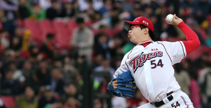 KIA Tigers pitcher Yang Hyeon-jong throws a pitch during a Korea Baseball Organization game against the NC Dinos in this file photo. / Yonhap