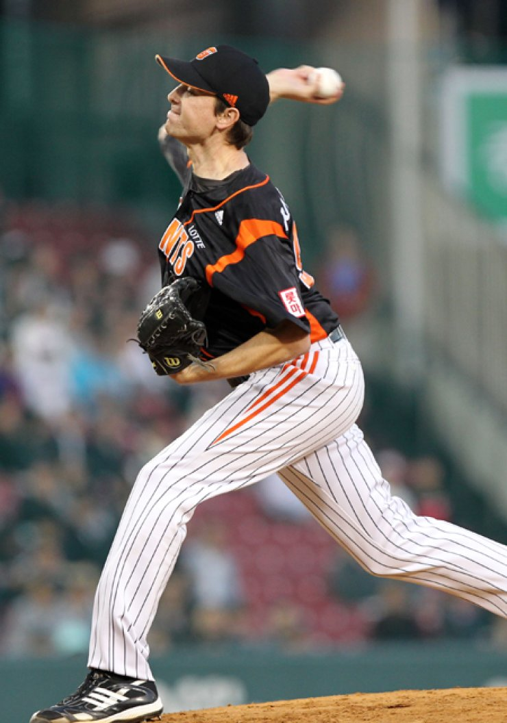 Ryan Sadowski throws a pitch for the Lotte Giants during a Korea Baseball Organization playoff game against the Doosan Bears, on Sept. 30, 2010. / Yonhap