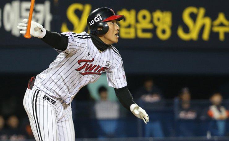 LG Twins' Lee Chun-woong hits a homerun in a game against the Hanwha Eagles at Jamsil Baseball Stadium, southern Seoul, Friday.  / Yonhap