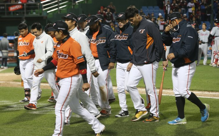 The Hanwha Eagles players walk from the dugout after losing to the LG Twins at the Hanwha Life Eagles Park in Daejeon, Sunday.  / Yonhap