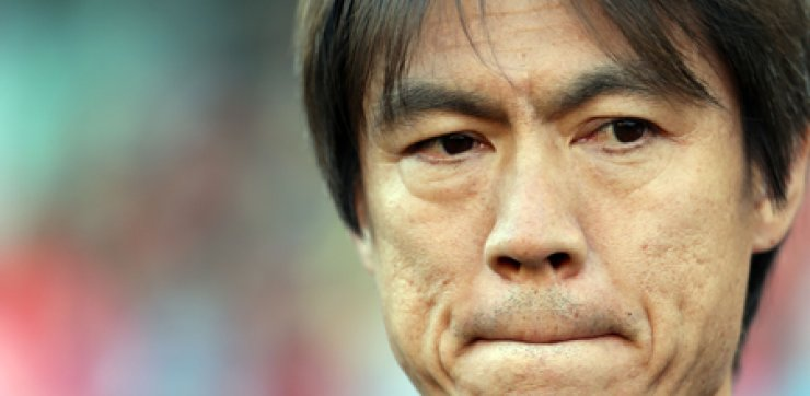 National team manager Hong Myung-ho bites his lips before Korea's friendly against the United States at StubHub Center in Carson, Calif. on Feb. 2. Hong will visit the Netherlands before returning home to meet SV Eindhoven midfielder Park Ji-sung, apparently to talk him out of hisretirement from international competition. / Yonhap