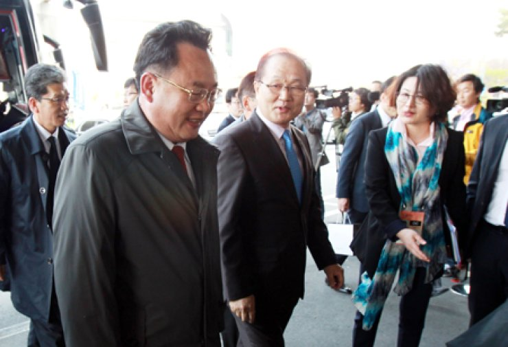 Jang Jong-nam, left, vice president of the North Korea's National University Sports Federation, enters a hotel in Gwangju escorted by Kim Yoon-suk,second from left, secretary general of Gwangju Universiade, Friday. A delegation of four North Koreans officials, including Jang, arrived Friday as the South Korean government recently approved a cross-border trip by sports officials from the North for a preparatory meeting ahead of Gwangju Universiade scheduled for July 3-14. / Yonhap